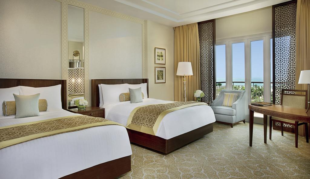 Територия отеля The Ritz Carlton Dubai 5*  (Зе Ритц Карлтон Дубаи)