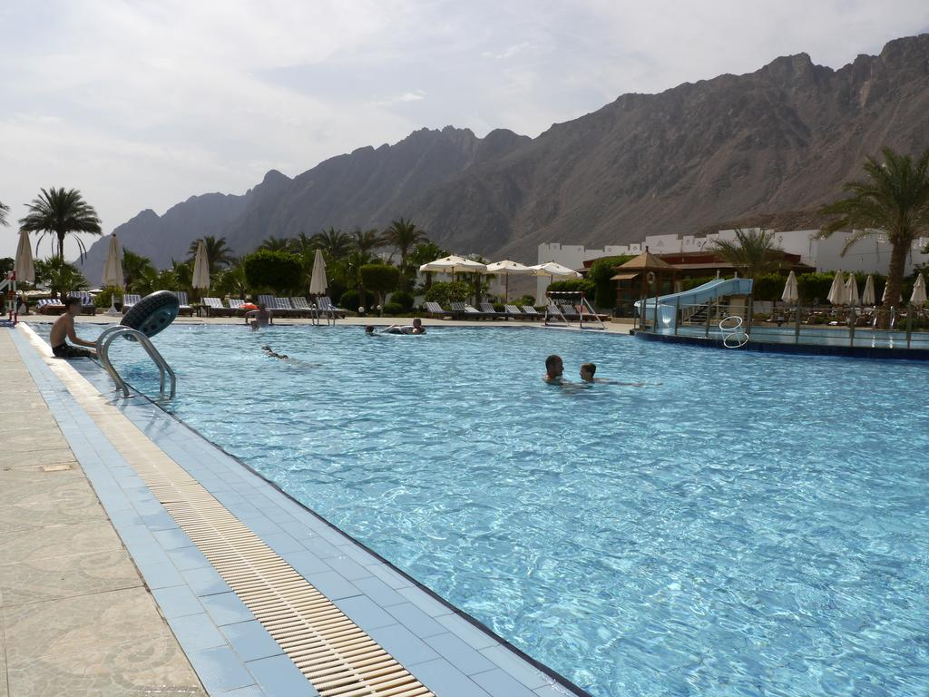 Главный бассейн отеля Happy Life Village Dahab 4*  (Хэппи Лайф Виллэйдж Дахаб)